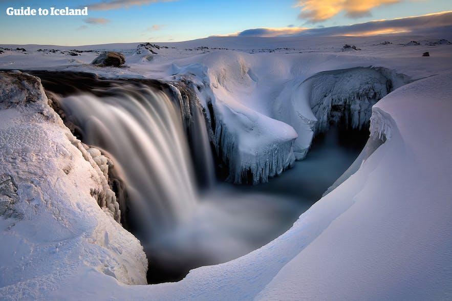 Landskap med isländskt vattenfall på vintern