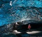 Staune über das Blau im Inneren der kristallenen Eishöhle.