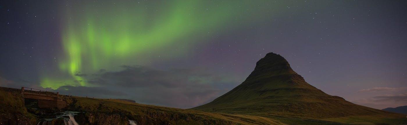 スナイフェルスネス半島のキルキュフェットル山とオーロラ