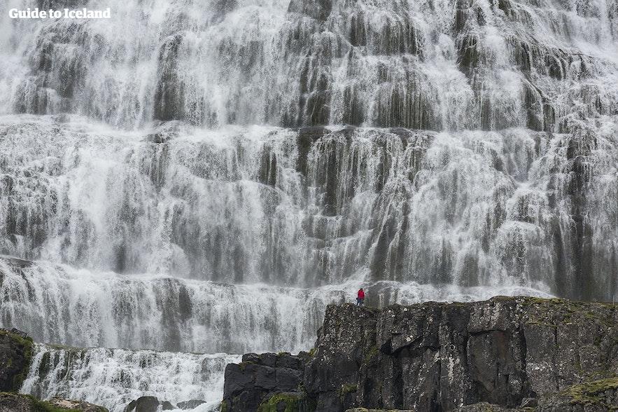 아이슬란드의 거대한 딘얀디 폭포 앞에서의 폭포는 잊지 못할 추억을 주겠죠