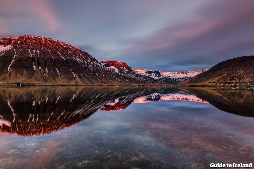 Reflet dans l'eau des montagnes d'un fjord en Islande