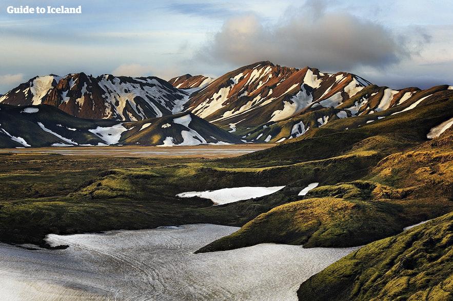 Hvad er det bedste tidspunkt at besøge Island på? Om foråret kan du se kontrasten mellem den tøende sne og farverne nedenunder :)