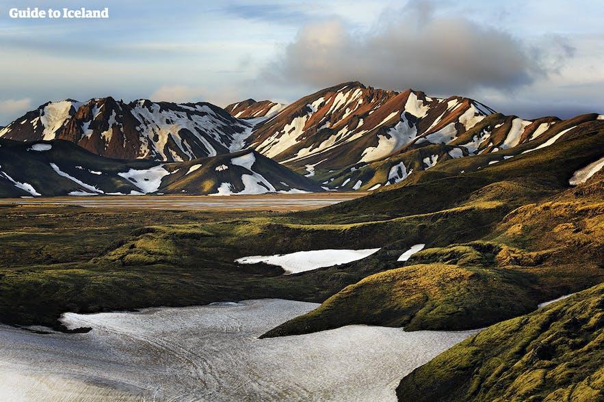 雪解けの進む山