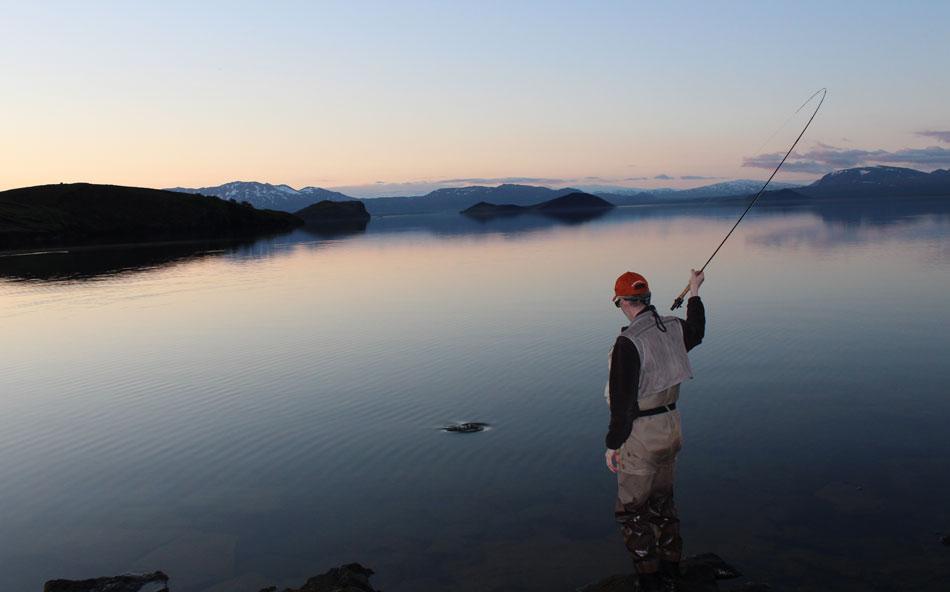 很少有人能够体验在冰岛的河流中放松的钓鱼乐趣。