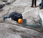 Un escursionista che beve l'acqua di disgelo direttamente dalla calotta glaciale di Svínafellsjökull.