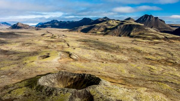 ปล่องภูเขาไฟที่โดดเด่นในคาบมหาสมุทรเรคยาเนส ทางใต้ของประเทศไอซ์แลนด์