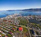 Vu de l'hélicoptère, la ville de Reykjavik est bien quadrillée