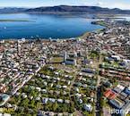 La ville de Reykjavik est colorée vu d'en haut