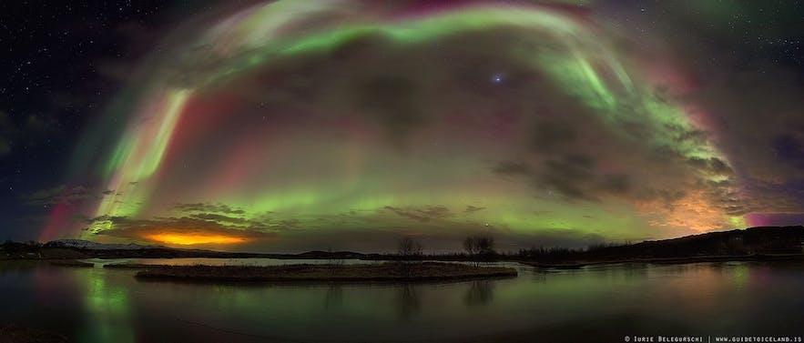 冰岛北极光,像夜空中的一座彩桥