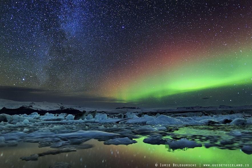 Zorza polarna nad laguną Jokulsarlon