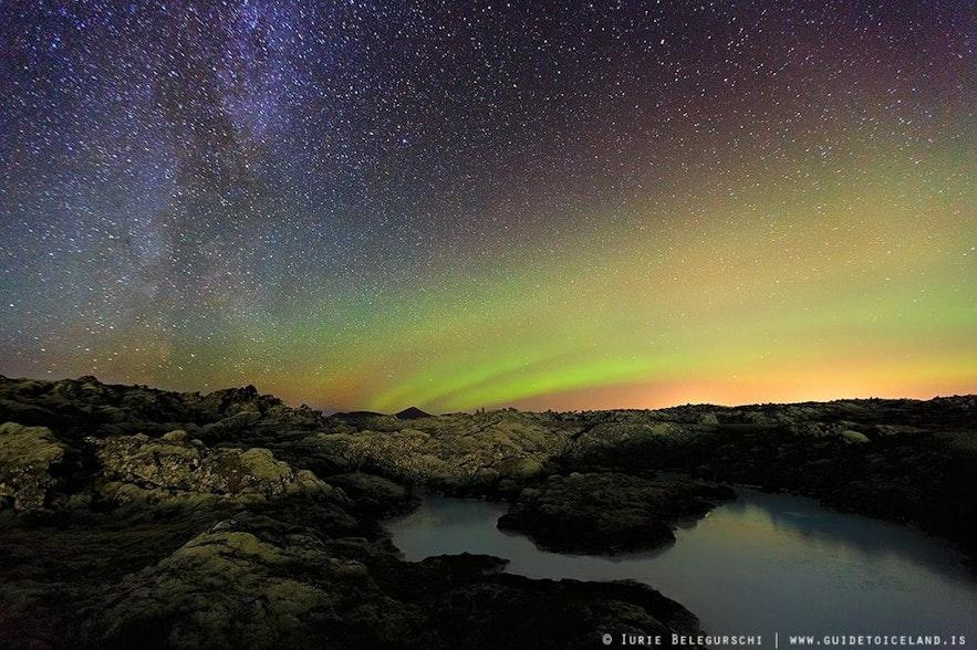 蓝湖上空的冰岛北极光