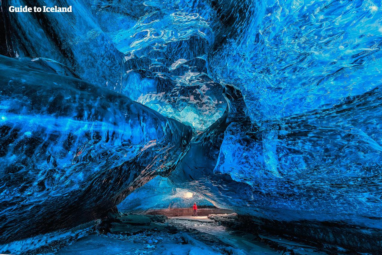 ヴァトナヨークトル氷河の氷の洞窟は約1000年前の氷で出来ている