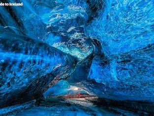 Jaskinie w lodowcu Vatnajökull zbudowane są z lodu, który ma ponad 1000 lat.
