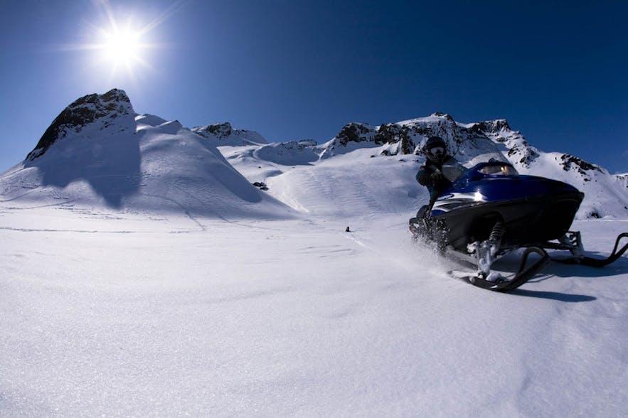 真っ白な氷河の上にスリル感満点のスノーモービル体験