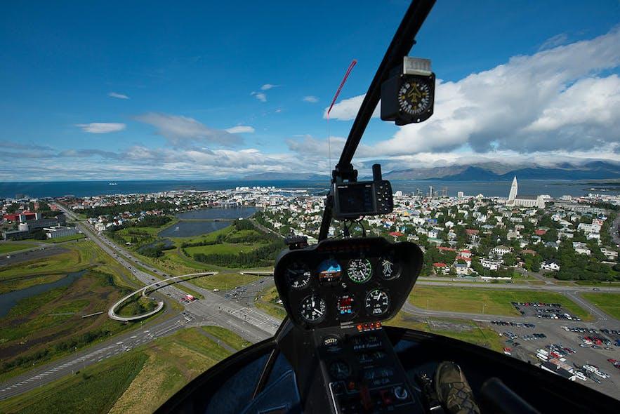 レイキャビク上空を飛ぶヘリコプター
