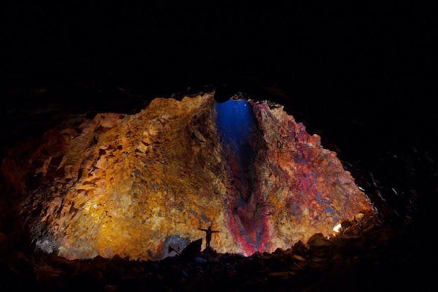 アイスランドの火山の内部に降りてマグマだまりを探検するアドベンチャー