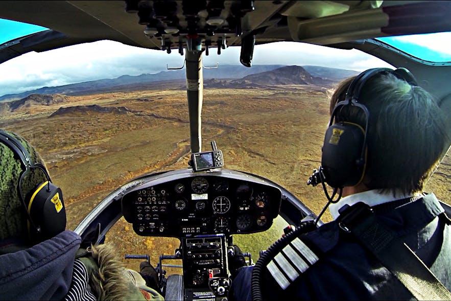 ヘリコプター遊覧飛行で楽しむアイスランドのダイナミックな自然