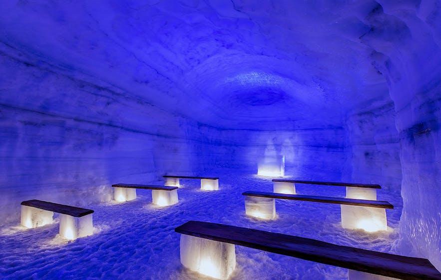 ラングヨークトル氷河で人の手によってつくられたアイストンネル