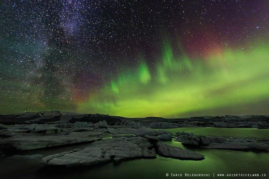 アイスランドのヨークルスアゥルロゥン氷河湖とオーロラ