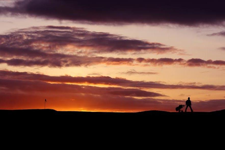 アイスランドの白夜を眺めながらゴルフを楽しむ