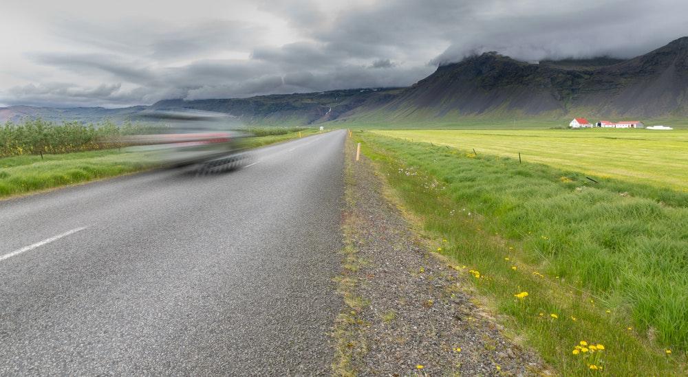在冰岛野外开车