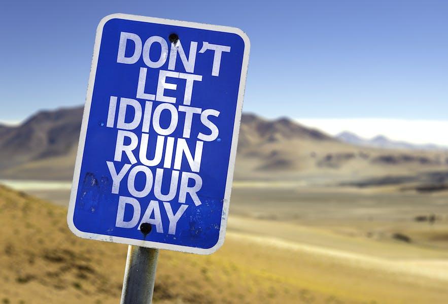 Panneau : ne laisse pas les idiots ruiner ta journée