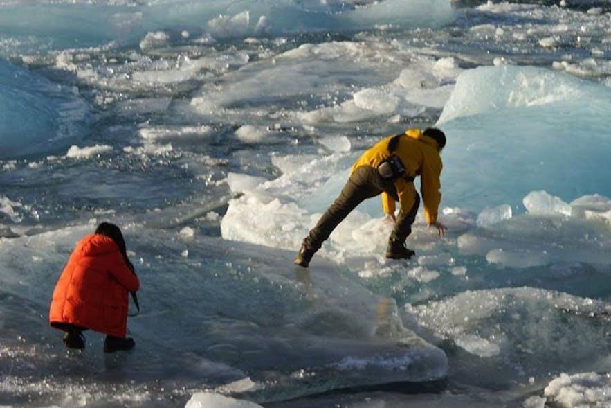 Nieostrożni turyści przy lagunie lodowcowej Jokulsarlon.
