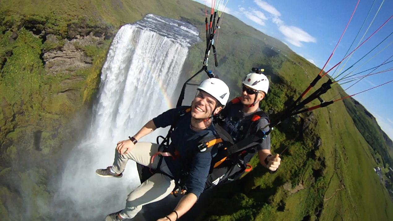 在滑翔伞上领略冰岛南岸斯科加瀑布的动人美景。
