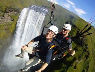 Survolez la puissante cascade de Skógafoss lors d'un circuit de parapente sur la côte sud.
