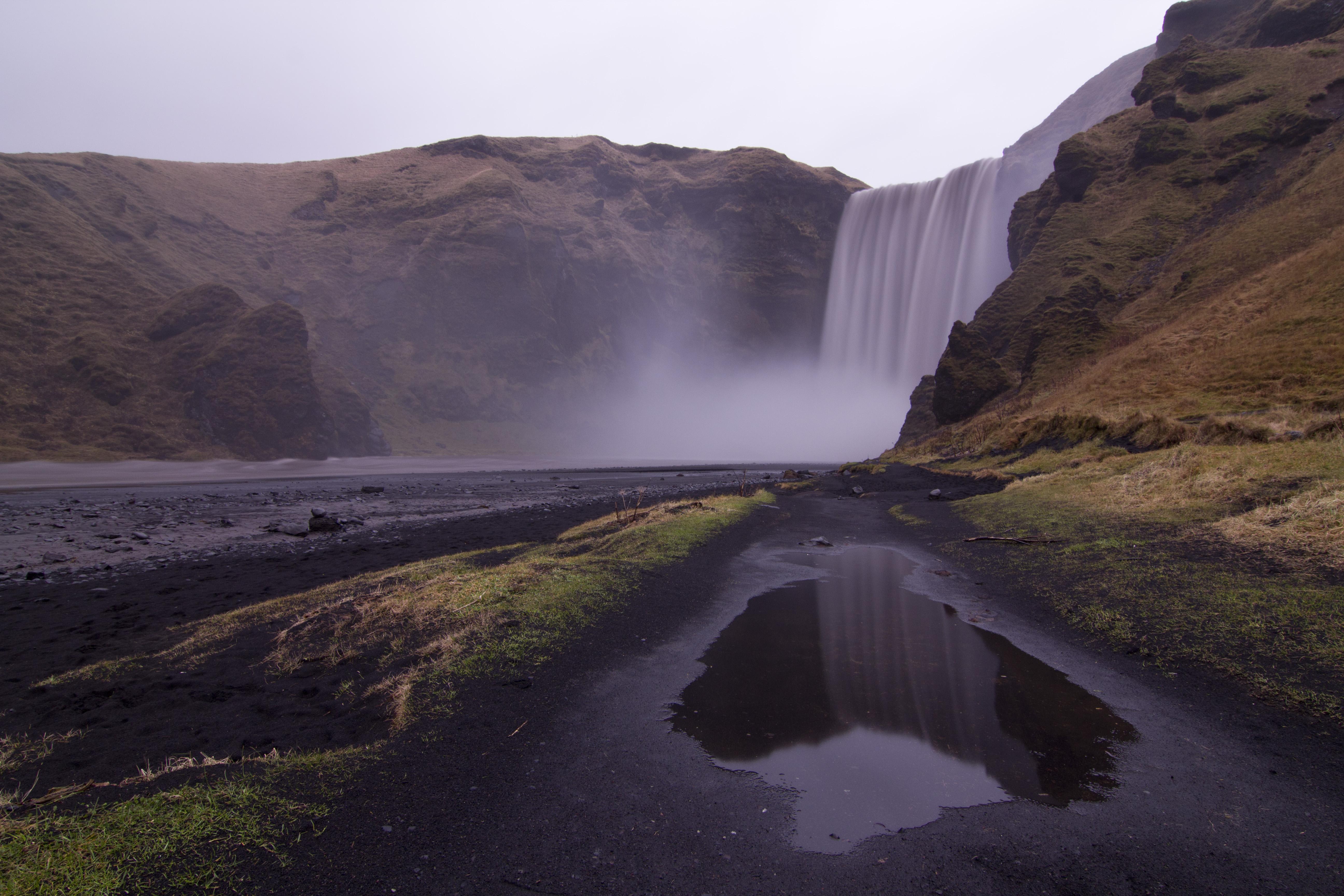 小雨が降るスコゥガフォスの滝