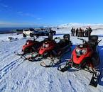 スピードをあげて氷河を走行するスノーモービルは、アイスランドの最高のスポーツ