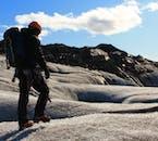 氷河ツアーでは安全のためにアイゼン、ヘルメットが提供される