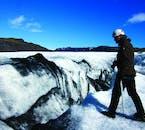 La colorazione nera impressa sul ghiacciaio è in realtà cenere vulcanica intrappolata nel ghiaccio.