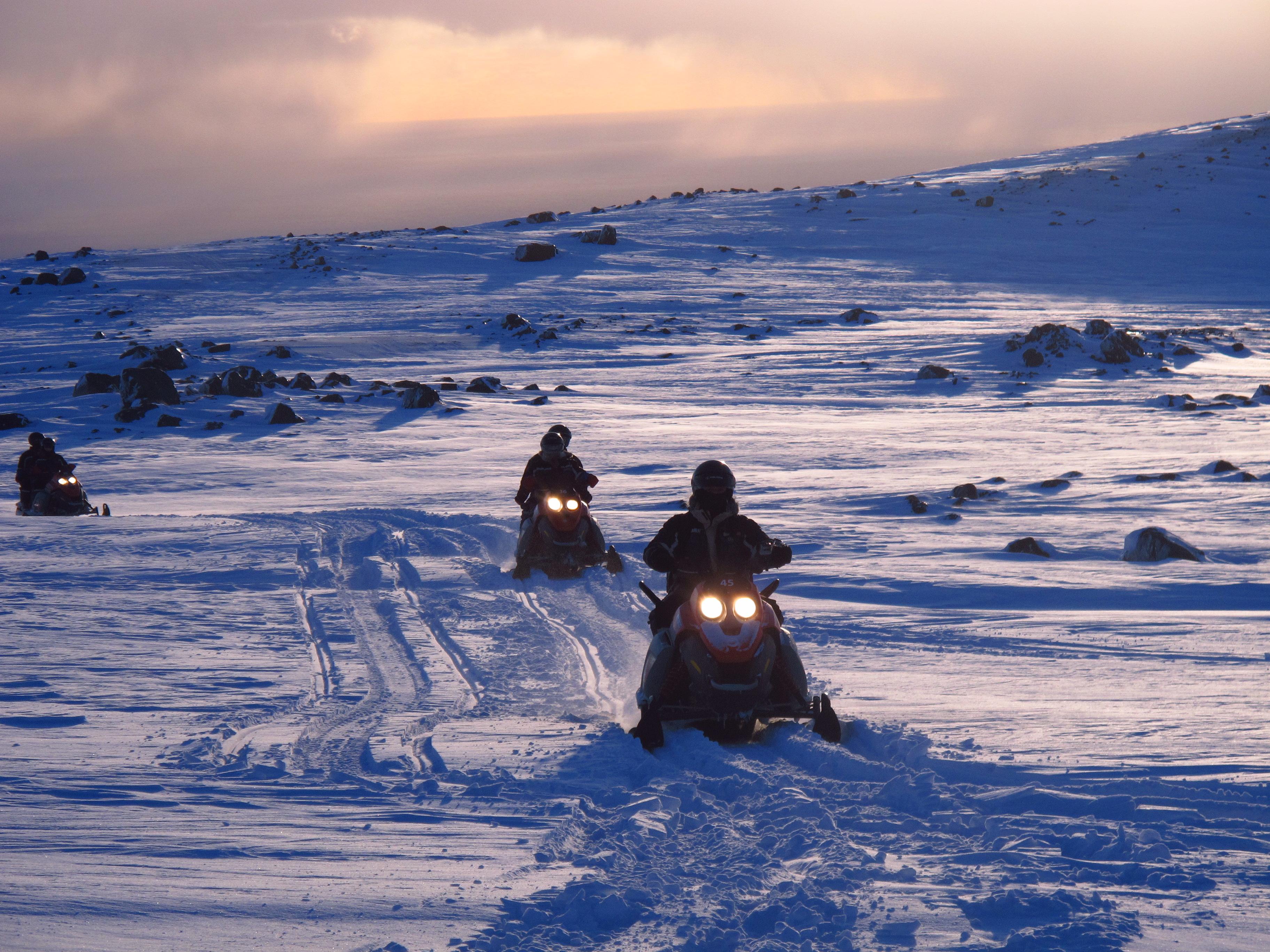 Fra din plassering på snøskuteren har du panoramautsikt over Mýrdalsjökull-breen.