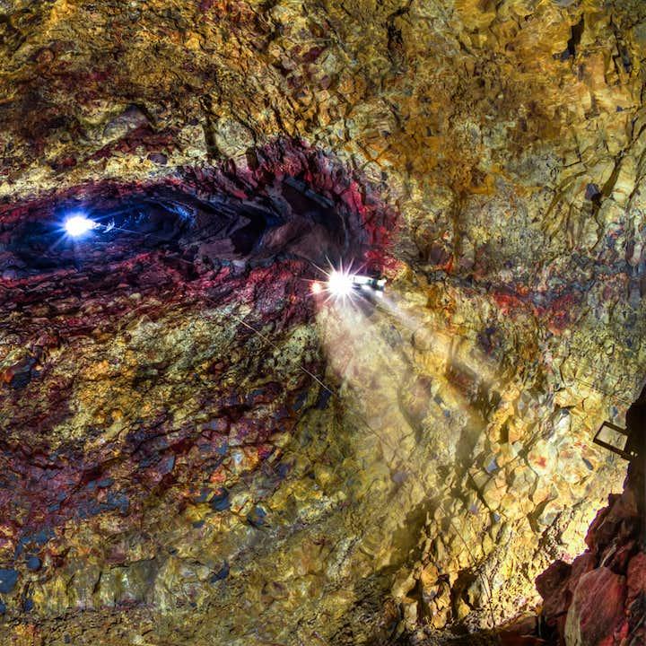 A beam of light from above penetrates Þríhnúkagígur.