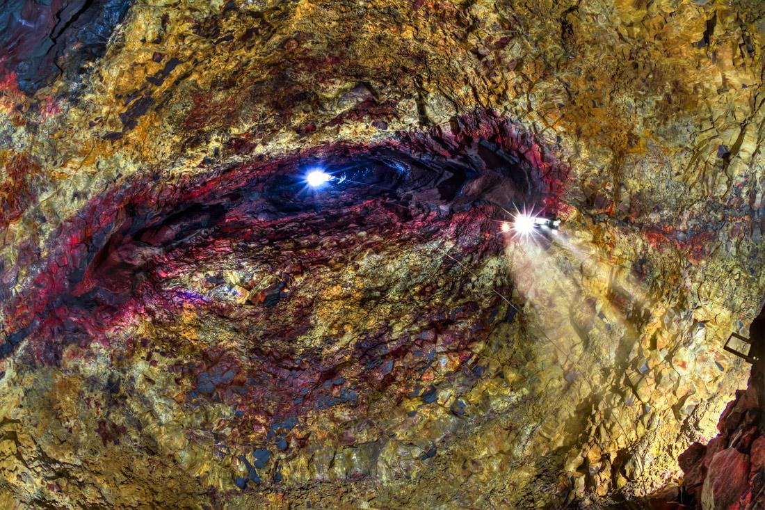Ein Lichtstrahl trifft durch den Schlot des Vulkans Thríhnúkagígur.