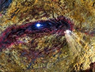 En ljusstråle tränger in i Þríhnúkagígurs tomma magmakammare.