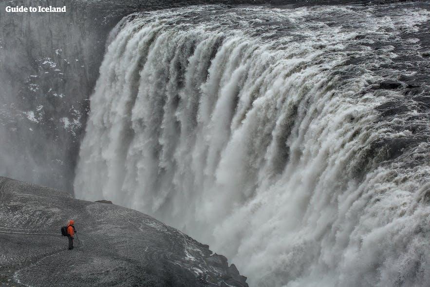 La chute de Dettifoss est vers le lac Mývatn