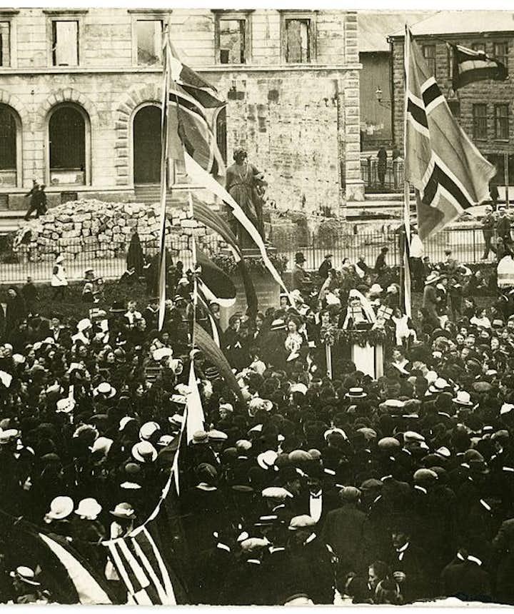 Bríet Bjarnhéðinsdóttir has a speech during the 1915 celebrations