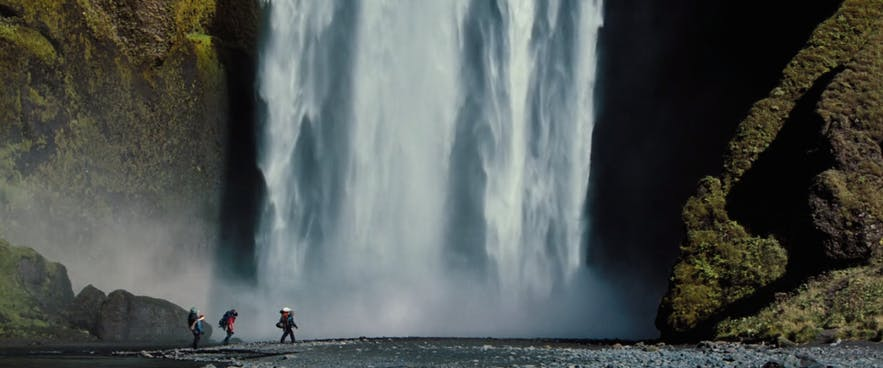 Der berühmte Wasserfall Skógafoss gehört auch zu den Schauplätzen des Films