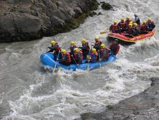 Voyageurs en rafting profitant de la rivière glaciaire dans le nord de l'Islande en été.