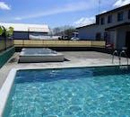 Après avoir descendu la rivière en rafting, vous pouvez vous prélasser dans une piscine géothermale du nord de l'Islande