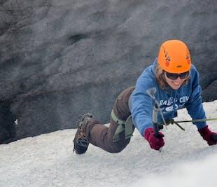 スカフタフェットル氷河のハイキング アイスクライミング体験付き