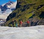 ヴァトナヨークトル氷河にあるスヴィーナフェルスヨークトル氷河を歩く氷河ハイキングツアーにアイスクライミングも体験できる
