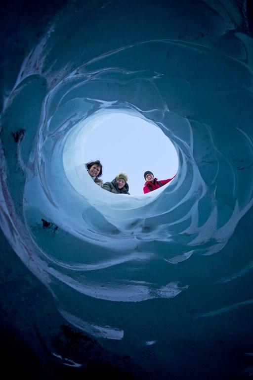 Une vue à travers la glace sur le glacier Sólheimajökull du sud de l'Islande.