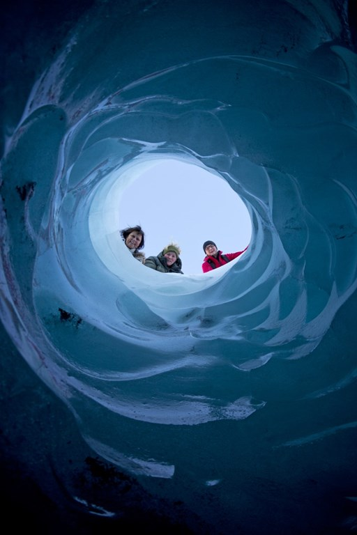 Utsikt gjennom isen på Sør-Islands isbre Sólheimajökull.