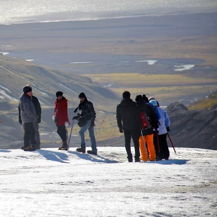 Dodatkową zaletą wędrówek po lodowcu na czapie lodowej Sólheimajökull jest to, że wystawia cię na wspaniałe krajobrazy południowego wybrzeża.