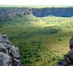 Il canyon di Ásbyrgi, nel nord dell'Islanda, è raffigurato in foto in estate, nel pieno del verde lussureggiante.
