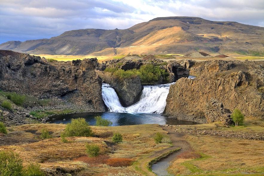 ショウルスアゥルダルル渓谷にあるヒャゥルパルフォスの滝