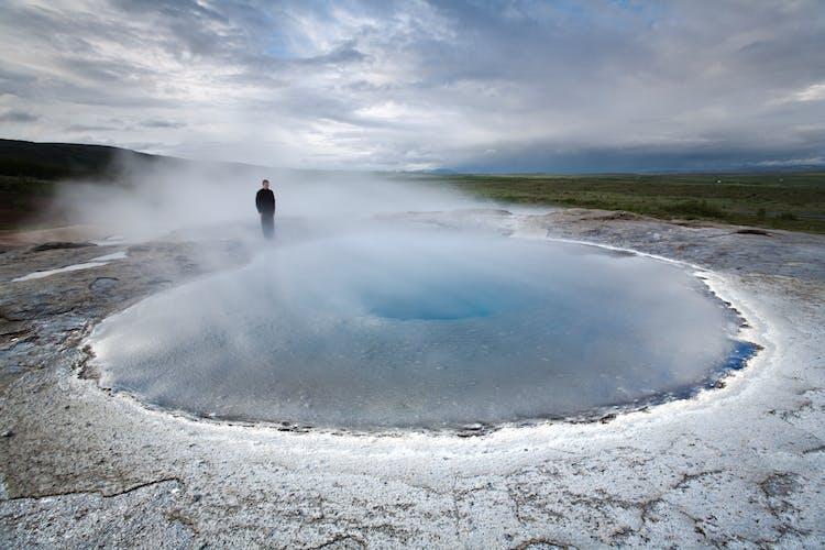 In der Geothermalregion Geysir wirst du voller Spannung auf den nächsten Ausbruch des Geysirs Strokkur warten.